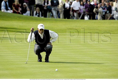 TIGER WOODS (USA) lines up a putt during his match against Parnevik, The 34th Ryder Cup 2002, The Belfry, Sutton Coldfield, 020929. Photo:Glyn Kirk/Action Plus...golf golfer......