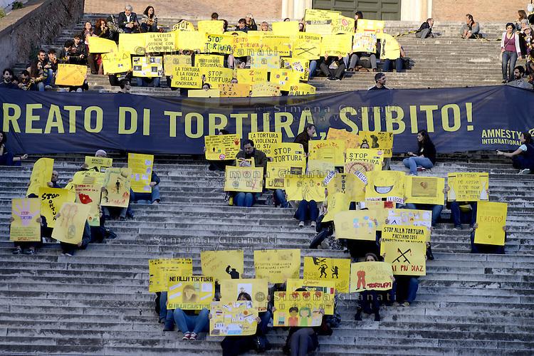 Roma, 17 Aprile 2015<br /> Amnesty International Italia ha organizzato una manifestazione per chiedere una legge sul reato di tortura in Italia. Centinaia di attiviste e attivisti con cartelli contro la tortura e la violenza hanno formato lo stivale, la forma dell'Italia.