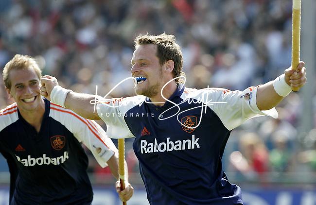 NLD-20050904-Leipzig-EK HOCKEY :  finale Nederland-Spanje 2-4. Oranje verspeelde de overwinning in de laatste minuten. Taeke Taekema heeft de stand op 2-1 gebracht.links Sander van der Weide.