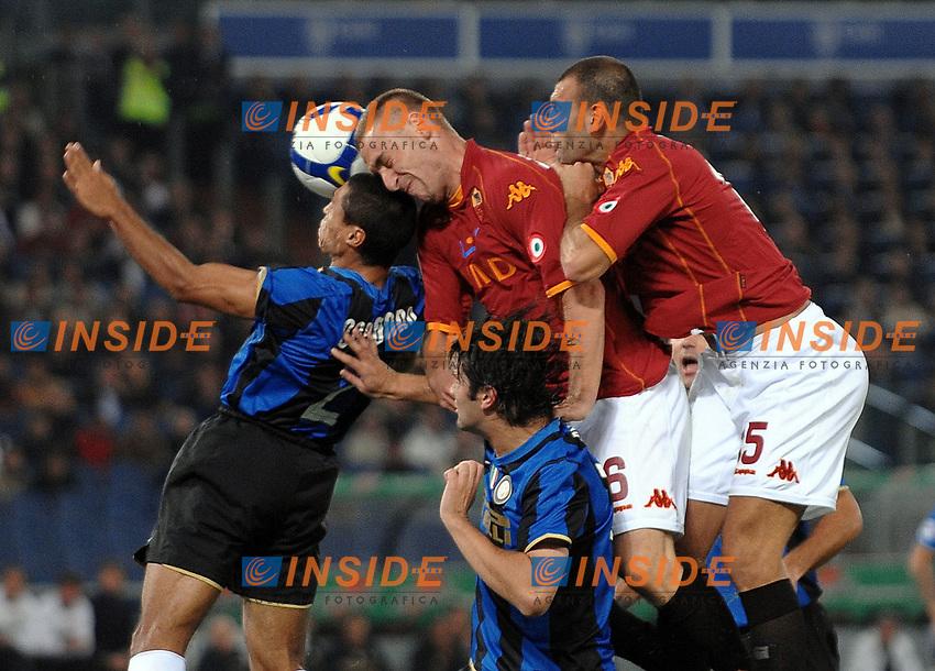 """colpo di testa di de rossi contrastato da cordoba<br /> Roma 19/10/2008 Stadio """"Olimpico"""" <br /> Campionato Italiano Serie A 2008/2009<br /> Roma Inter<br /> Foto Andrea Staccioli Insidefoto"""