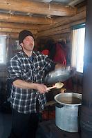 Amérique/Amérique du Nord/Canada/Québec//Mauricie/Saint-Alexis-des-Monts:  A la Pourvoirie du Lac Blanc Gaston le trappeur  cuisine dans la cabane aprés la pêche blanche