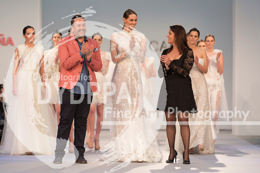 Model Sara Sanmartin poses with designers after show