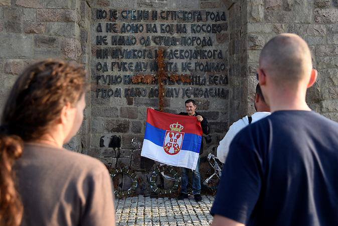 Die Teilnehmer am wichtigsten Ort für die Serben in GAZIMESTAN am Amselfeld. / Serbische Reisegruppe in serbischen Enklaven im Kosovo, mitorganisiert von Branka Krneta, einer25-jährigen Serbin. Sie fahren an historisch serbisch dominierte Orte. Die Teilnehmer stehen meist der nationalistischen Organisation Kosmet nahe und sehen Kosovo als Teil Serbiens.
