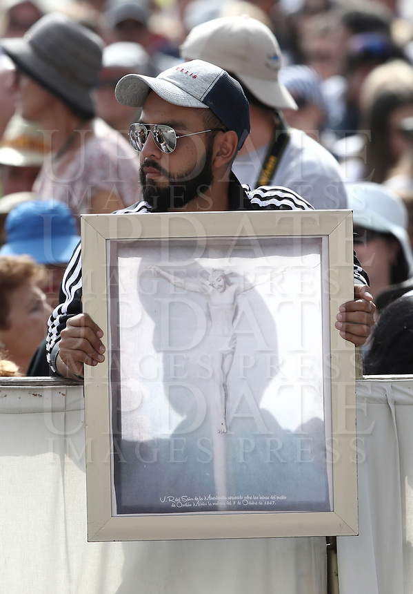 Un fedele tiene un dipinto della crocifissione di Ges&ugrave;al suo arrivo all'udienza generale del mercoledi' in Piazza San Pietro, Citta' del Vaticano, 6 giugno, 2018.<br /> A faithful holds a painting of the crucifixion as Pope Francis arrives to lead his weekly general audience in St. Peter's Square at the Vatican, on June 6, 2018.<br /> UPDATE IMAGES PRESS/Isabella Bonotto<br /> <br /> STRICTLY ONLY FOR EDITORIAL USEUPDATE
