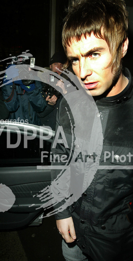 LONDON <br />PICTURES BY: ROB KEARNEY/EAGLEPRESS<br />PLEASE CREDIT ALL USES<br />----------------------------------<br />LIAM GALLAGHER LEAVING THE IVY WITH NICOLE<br />----------------------------------<br />CONTACT:  JAVIER MATEO <br />16 NORTH POLE ROAD<br />LONDON W10 6QL<br />MOBILE: +44 778651 4443<br />EMAIL: photos@eaglephoto.co.uk