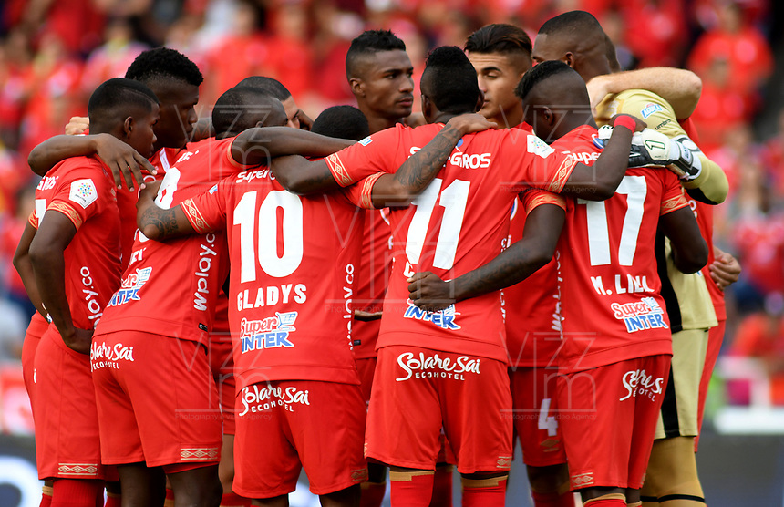 CALI - COLOMBIA, 12- 05-2019: Jugadores de América de Cali, durante partido entre América de Cali y Millonarios, de la fecha 1 de los cuadrangulares semifinales por la Liga Águila I 2019 jugado en el estadio Pascual Guerrero de la ciudad de Cali. / Players of America de Cali, during a match between America de Cali and Millonarios, of the 1st date of the semifinals quarters for the Aguila Leguaje I 2019 at the Pascual Guerrero stadium in Cali city. Photo: VizzorImage / Nelson Ríos / Cont.