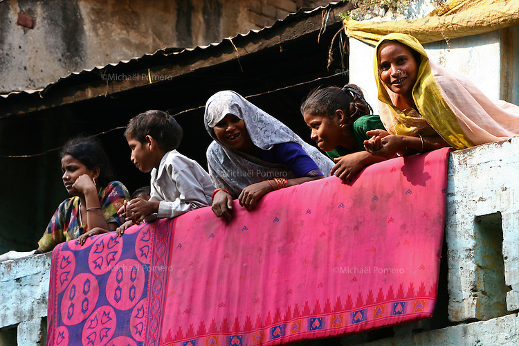 02.11.2007 Varanasi(Uttar Pradesh)<br /> <br /> Women in their balcony.<br /> <br /> Femmes a leurs balcon.