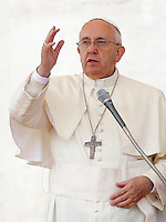Papa Francesco benedice i fedeli al termine dell'udienza generale del mercoledi' in Piazza San Pietro, Citta' del Vaticano, 29 ottobre 2014.<br /> Pope Francis blesses faithful at the end of his weekly general audience in St. Peter's Square at the Vatican, 29 October 2014.<br /> UPDATE IMAGES PRESS/Riccardo De Luca<br /> <br /> STRICTLY ONLY FOR EDITORIAL USE