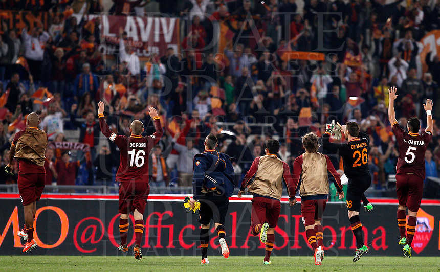 Calcio, Serie A: Roma vs Milan. Roma, stadio Olimpico, 25 aprile 2014.<br /> AS Roma players greet fans at the end of the Italian Serie A football match between AS Roma and AC Milan at Rome's Olympic stadium, 25 April 2014. AS Roma won 2-0.<br /> UPDATE IMAGES PRESS/Riccardo De Luca