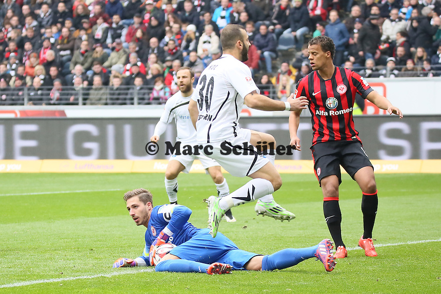 Kevin Trapp (Eintracht) gegen Süleyman Koc (Paderborn)  - Eintracht Frankfurt vs. SC Paderborn 07, Commerzbank Arena
