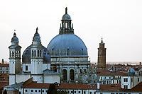 Kirche Santa Maria della Salute in Venedig - 26.11.2017: Hafeneinfahrt Venedig mit der Costa Deliziosa