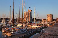 France/17/Charente Maritime/La Rochelle: Le vieux port, lumière du soir sur les tours et les bateaux
