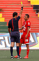 BUCARAMANGA - COLOMBIA 13 -03-2016: Gustavo Gonzalez (Izq.), arbitro, muestra tarjeta amarilla a Jimmy A. Mican (Der.) jugador de Fortaleza FC, durante partido entre Atletico Bucaramanga y Fortaleza FC, por la fecha 9 de la Liga Aguila I-2016, jugado en el Alfonso Lopez de la ciudad de Bucaramanga. / Gustavo Gonzalez (L), referee, shows yellow card to Jimmy A. Mican (R) player of  Fortaleza FC, during a match between Atletico Bucaramanga and Fortaleza FC, for the date 9 of the Liga Aguila I-2016 at the Alfonso Lopez Stadium in Bucaramanga city Photo: VizzorImage  / Duncan Bustamante / Cont.