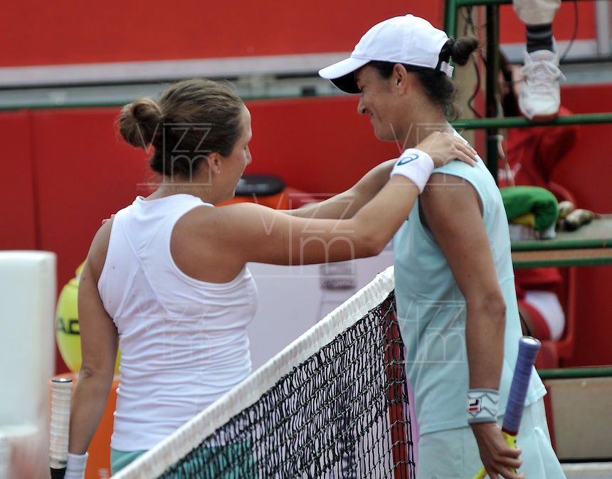 BOGOTA - COLOMBIA - 17-04-2016: Irina Falconi (Izq.) de Estados Unidos y Silvia Soler (Der.)  de Eapaña, al final partido por el Claro Colsanitas WTA, que se realiza en el Club El Rancho de Bogota. / Irina Falconi (L) of United States, and Silvia Soler (R) of Spain, at the end of a match for the WTA Claro Colsanitas, which takes place at Club El Rancho de Bogota. Photo: VizzorImage / Luis Ramirez / Staff.
