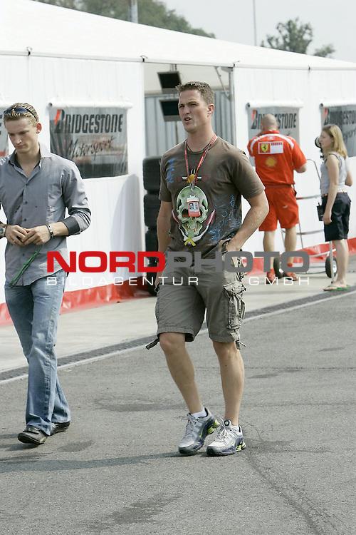 Monza 07-09/f1 gp italia/cristiano barni Formel 1 - 2006 - GP von Italien Monza<br /> <br /> Michael Schumacher - Privat bei der Einlasskontrolle<br /> <br /> <br /> Foto &copy; nordphoto