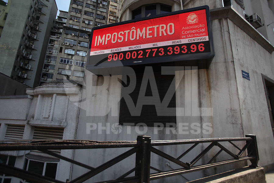 SAO PAULO, SP, 02/08/2012, IMPOSTOMETRO 900 BILHOES.  O Impostrometro registrou a marca de 900 bilhoes na manha de hoje (2). Luiz Guarnieri/ Brazil Photo Press
