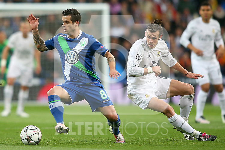 Real Madrid's Garet Bale (r) and WfL Wolfsburg's Vieirinha during Champions League 2015/2016 Quarter-finals 2nd leg match. April 12,2016. (ALTERPHOTOS/Acero)