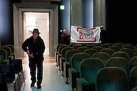 Bergamo: un uomo durante un incontro organizzato a Bergamo dal Partito Democratico