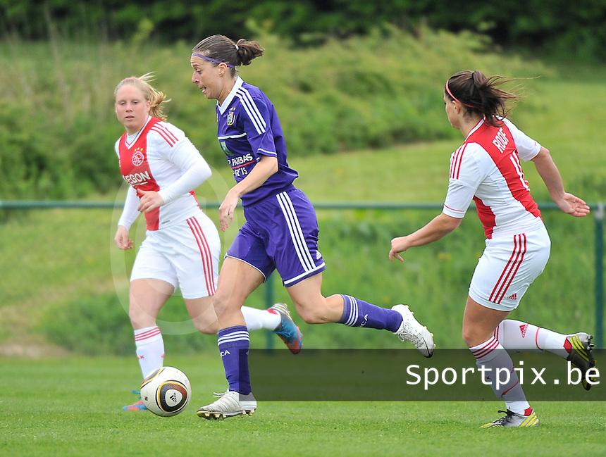RSC Anderlecht Dames - Ajax Amsterdam : Cynthia Browaeys voor Linda Bakker (l).foto DAVID CATRY / Nikonpro.be