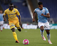 Calcio, Serie A: Lazio vs Frosinone. Roma, stadio Olimpico, 4 ottobre 2015.<br /> Frosinone's Raman Chibsah, left, and Lazio's Keita Diao run for the ball during the Italian Serie A football match between Lazio and Frosinone at Rome's Olympic stadium, 4 October 2015.<br /> UPDATE IMAGES PRESS/Isabella Bonotto