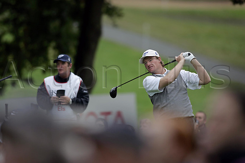 15 Oct 2004: South African golfer Ernie Els (RSA) drives from the 3rd tee during his second round match against Angel Cabrera (ARG). HSBC World Matchplay Championship, Wentworth, England. Photo: Glyn Kirk/Actionplus....041015.golf golfer wood driving drive