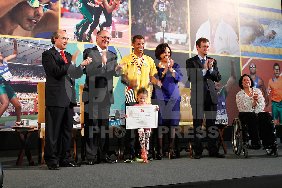 ATENÇAO EDITOR: FOTO EMBARGADA PARA VEÍCULOS INTERNACIONAIS. SAO PAULO, 11 DE SETEMBRO DE 2012.  GOVERNADOR ALCKMIN RECEBE ATLETAS PARAOLIMPICOS. O atleta  Samuel do Nascimento durante a  entrega para  os atletas paraolimpicos da medalha do Mérito Esportivo na manha desta terça feira no Palacio dos Bandeirantes, na zona sul da capital paulista. FOTO ADRIANA SPACA - BRAZIL PHOTO PRESS