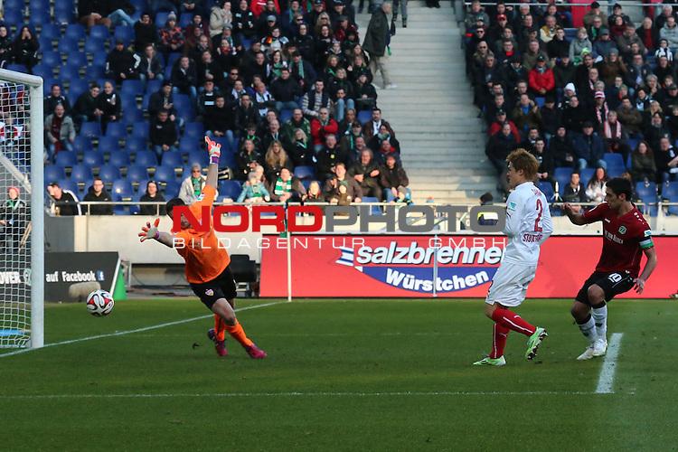 28.02.2015, HDI Arena, Hannover, GER, 1.FBL, Hannover 96 vs VfB Stuttgart, im Bild <br /> <br /> Lars Stindl #10 Kpt. zum 1:1 gegen VfB TW Sven Ulreich #1<br /> <br /> Foto &copy; nordphoto / Rust