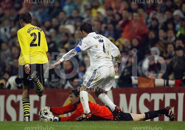 FUSSBALL Champions League 2002/2003 Gruppe C 3. Spieltag Real Madrid 2-1 Boeussia Dortmund   Jens Lehmann (BVB,Boden) gegen Raul (Real,re) und Christoph Metzelder (BVB)