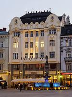 Rolandpalais und Rolandbrunnen am Hauptplatz Hlavne nam., Bratislava, Bratislavsky kraj, Slowakei, Europa<br /> Roland Palais und Rolandbrunnen at main square Hlavne nam., Bratislava, Bratislavsky kraj, Slovakia, Europe