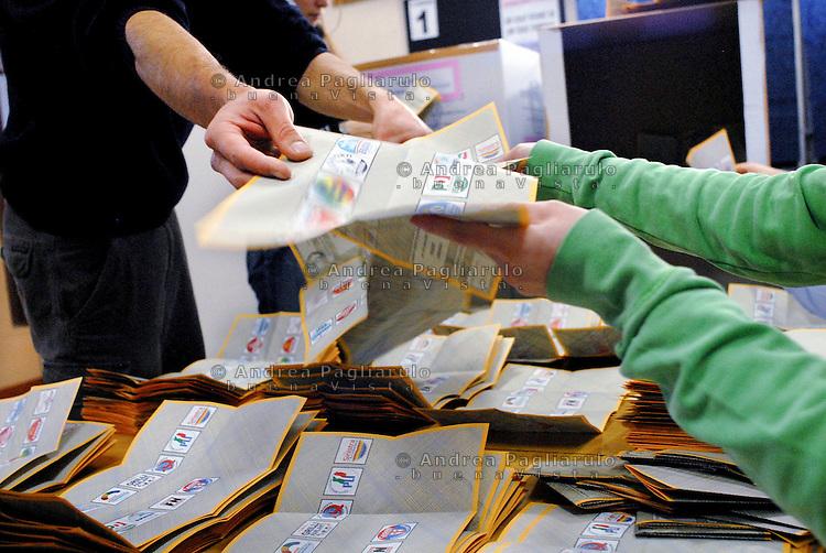 Italia, Milano. Elezioni Politiche 2008. Operazioni di scrutinio in un seggio in zona Niguarda. Italy, Milan. Counting of votes in a polling place in Niguarda district.