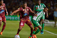 IBAGUÉ - COLOMBIA, 06-06-2018: Danovis Banguero (Izq) jugador de Deportes Tolima disputa el balón con Jeison Lucumi (Der) jugador de Atletico Nacional durante partido de ida por la final de la Liga Águila I 2018 jugado en el estadio Manuel Murillo Toro de la ciudad de Ibagué. / Danovis Banguero (L) player of Deportes Tolima vies for the ball with Jeison Lucumi (R) player of Atletico Nacional during first leg match for the final of the Aguila League I 2018 played at Manuel Murillo Toro stadium in Ibague city. Photo: VizzorImage / Cristian Alvarez / Cont