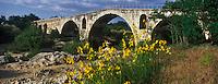 Europe/France/Provence-Alpes-Cote d'Azur/84/Vaucluse/Env de Bonnieux: Le Pont Julien sur le Calavon, Le Pont Julien est un pont romain, traditionnellement daté de l'an 3 avant JC, au débouché du défilé de Roquefure,