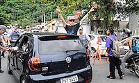 SANTOS, SP, 07 MARÇO 2013 - VELÓRIO CANTOR CHORÃO- Fas do cantor acompanha o cortejo do corpo do vocalista Alexandre Magno Abrão, o Chorão, da banda Charlie Brown Jr., é velado no ginásio esportivo Arena Santos, nesta quinta-feira, 07, na Baixada Santista. Chorão foi encontrado morto na manhã de hoje, em seu apartamento, em São Paulo. (FOTO: ADRIANO LIMA / BRAZIL PHOTO PRESS).