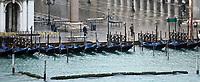 Gondeln am Markusplatz vor dem Dogenpalast - 26.11.2017: Hafeneinfahrt Venedig mit der Costa Deliziosa