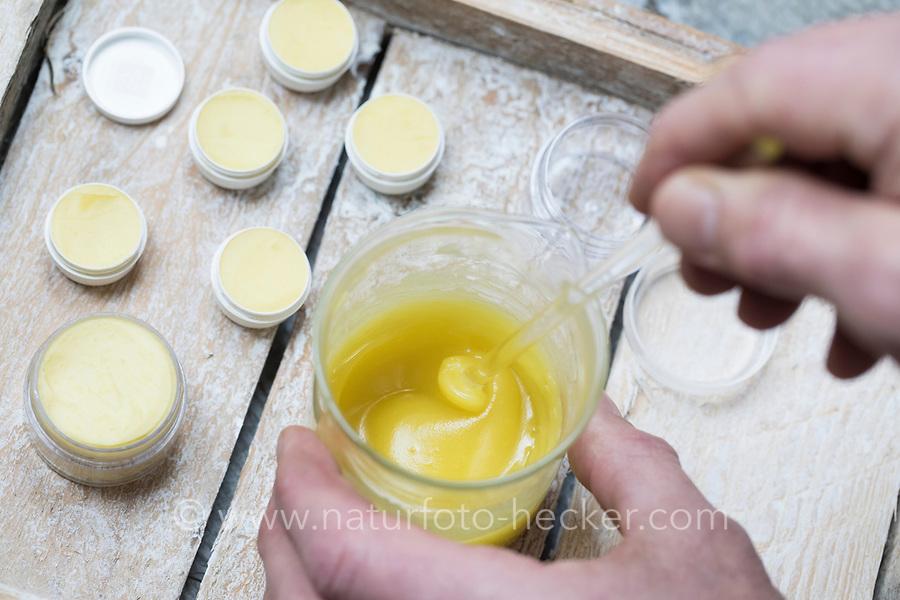 4. Schritt Lippen-und-Pfoten-Salbe selbermachen, selber machen, selber rühren: Fichtenharz, Olivenöl, Bienenwachs und Honig werden kalt gerührt. Lippen-und-Pfoten-Balsam, Lippensalbe, Lippenbalsam, Pfotensalbe, Pfotenbalsam, Pfötchen-Salbe, Lippenpflege, Harzsalbe, Harzcreme, Harzbalsam, Pechsalbe, Fichtenharz wird zusammen mit Olivenöl, Honig und Bienenwachs zu einer Heilsalbe, Heilcreme, Creme, Salbe verarbeitet, Harzbalsam. Gewöhnliche Fichte, Rot-Fichte, Rotfichte, Picea abies, Common Spruce, Norway spruce, L'Épicéa, Épicéa commun