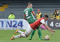 BOGOTÁ -COLOMBIA, 02-04-2016. Yeison Gordillo (Der.) jugador de Santa Fe disputa el balón con Leonardo Pico (Cap) (Izq.) jugador de Patriotas durante partido entre Independiente Santa Fe y Patriotas FC por la fecha 11 de la Liga Aguila I 2016 jugado en el estadio Nemesio Camacho El Campin de la ciudad de Bogota.  / Yeison Gordillo (R) player of Santa Fe struggles for the ball with Leonardo Pico (Cap) (L) player of Patriotas during match between Independiente Santa Fe and Patriotas FC for date 11 of the Liga Aguila I 2016 played at the Nemesio Camacho El Campin Stadium in Bogota city. Photo: VizzorImage/ Gabriel Aponte / Staff