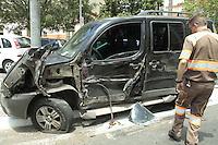 SAO PAULO, SP, 02 FEVEREIRO 2013 - COLISAO AUTO X ONIBUS - Colisao entre onibus e carro na tarde deste sabado na Praça da Sé nao deixou feridos. FOTO: MONICA SILVEIRA - BRAZIL PHOTO PRESS