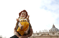 Un fedele mostra la statuina del Bambinello prima dell'Angelus domenicale in piazza San Pietro, Citta' del Vaticano, 16 dicembre, 2018.<br /> A faithful holds a statue of the Christ Child with the inscription &quot;Peace&quot; prior to the Sunday Angelus noon prayer in St. Peter's Square, at the Vatican, on December 16, 2018.<br /> UPDATE IMAGES PRESS/Isabella Bonotto<br /> <br /> STRICTLY ONLY FOR EDITORIAL USE