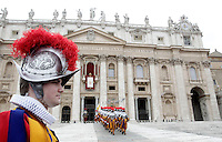 Guardie Svizzere si schierano poco prima la benedizione di Natale 'Urbi et Orbi' di del Papa dalla Loggia centrale della Basilica di San Pietro, Citta' del Vaticano, 25 dicembre 2012..Swiss Guards line up prior to the Pope's Christmas 'Urbi et Orbi' blessing to faithful, from the central Loggia of St. Peter's Basilica at the Vatican, 25 December 2012..UPDATE IMAGES PRESS/Riccardo De Luca
