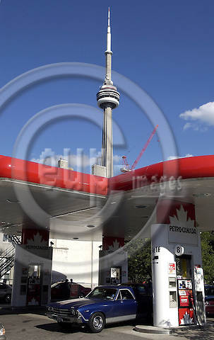 Toronto, Ontario, Canada - 07 August 2006 -- CN Tower and petrol station -- landmark, infrastructure, architecture -- Photo: Horst Wagner / eup-images