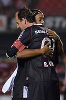 SÃO PAULO, SP, 18 DE SETEMBRO DE 2013 - CAMPEONATO BRASILEIRO - SÃO PAULO x ATLÉTICO MINEIRO: Ronaldinho (e) cumprimenta Rogério Ceni  (e) durante partida São Paulo x Atlético Mineiro, válida pela 22ª rodada do Campeonato Brasileiro de 2013, disputada no estádio do Morumbi em São Paulo. FOTO: LEVI BIANCO - BRAZIL PHOTO PRESS.