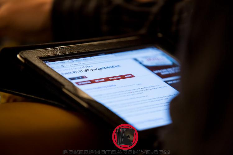 Player reading Pokernews updates