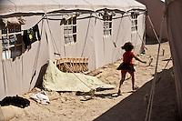 Tunisie Djiba Camp UNHCR de refugies libyens a la frontiere entre Tunisie et Libye  refugees camp  Tunisian and Libyan border  Tunisia campo profughi di Djiba al confine tra tunisia e Libia  petite fille courant vers les tentes ....bambina che corre tra le tende ....young girl running between tents