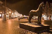 Sfeerverlichting Nieuwestad, centrum Leeuwarden. Het in brons uitgevoerd beeld van Het Friese Paard is gemaakt door kunstenaar Auke Hettema.
