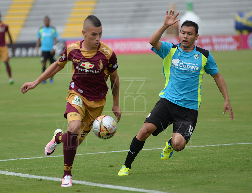 IBAGUE -COLOMBIA-17-ABRIL-2016.Matheus Uribe del Tolima disputa el balón  contra Andrés Restrepo de  La Equidad  durante partido por la fecha 13 de Liga Águila I 2016 jugado en el estadio Manuel Murillo Toro de Ibagué./ Matheus Uribe player of Tolima fights the ball  with Andres Restrepo against  of La Equidad during the match for the date 13 of the Aguila League I 2016 played atManuel Murillo Toro stadium in Ibague. Photo: VizzorImage / Juan Carlos Escobar  / Contribuidor