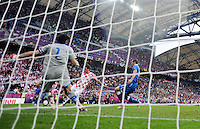 FUSSBALL  EUROPAMEISTERSCHAFT 2012   VORRUNDE Italien - Kroatien                    14.06.2012 Mario Mandzukic (Mitte, Kroatien) erzielt gegen Torwart Torwart Gianluigi Buffon (li, Italien) das Tor zum 1:1