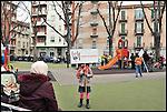 Turismo in Barriera # 3, passeggiata alla scoperta di insoliti punti di vista in Barriera di Milano. Progetto della associazione ONEOFF nell'ambito di 'Cosa succede in Barriera' con la partecipazione di Luca Morino. Qui ai giardini di via Spontini angolo Corso Giulio Cesare. Apr 2013