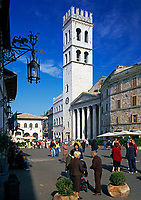 ITA, Italien, Umbrien, Assisi: Piazza del Comune mit Minerva-Tempel, Palazzo del Capitano del Popolo und Torre del Popolo | ITA, Italy, Umbria, Assisi: Piazza del Comune with Minerva-Temple, Palazzo del Capitano del Popolo and tower Torre del Popolo