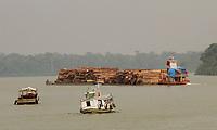 Balsa transporta madeira no rio Capim, nordeste do Pará.<br /> São Domingos do Capim, Pará, Brasil.<br /> Foto - Raimundo Paccó