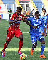 PASTO - COLOMBIA -15-02-2014: Jhon Zea  (Izq.) jugador de Deportivo Pasto disputa el balón con Alex Diaz (Der.) jugador del Millonarios durante partido de la quinta fecha de la Liga Postobon I 2014, jugado en el estadio Libertad de la ciudad de Pasto. / Jhon Zea  (L)  player of Deportivo Pasto fights for the ball with Alex Diaz (R) player of Millonarios during a match for the fifth date of the Liga Postobon I 2014 at the Libertad stadium in Pasto city. Photo: VizzorImage  / Leonardo Castro / Str.
